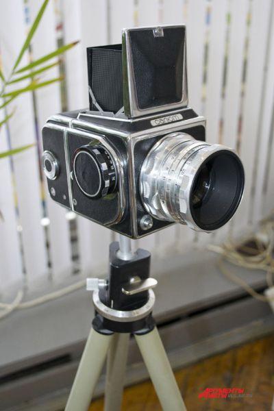 Среднеформатный однообъективный зеркальный фотоаппарат «Салют» выпускался на киевском заводе «Арсенал» с 1957 по 1972 год.