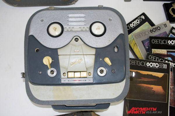 Катушечный магнитофон «Комета МГ-201М» с возможностью записи звука.