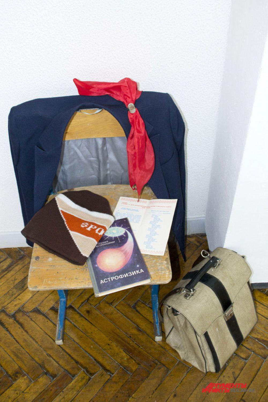 «Набор» советского школьника – пионерский галстук, портфель, пиджак, шапка и учебная литература.