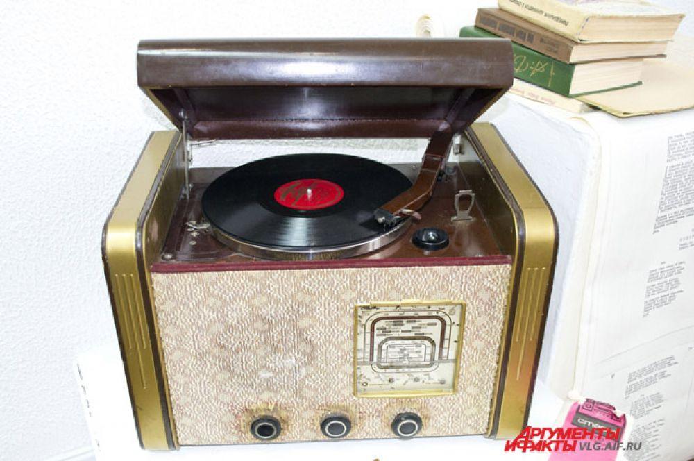 Радиола «Рекорд» выпускалась в 50-х годах.