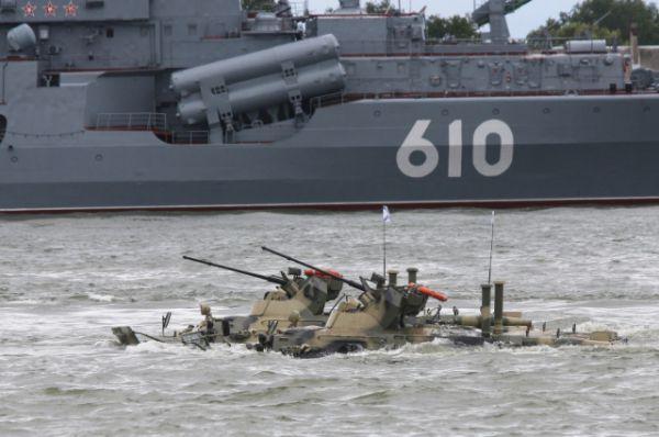 Под Андреевскими флагами в акваторию Калининградского залива выходят 30 боевых кораблей, катеров и даже подводная лодка.