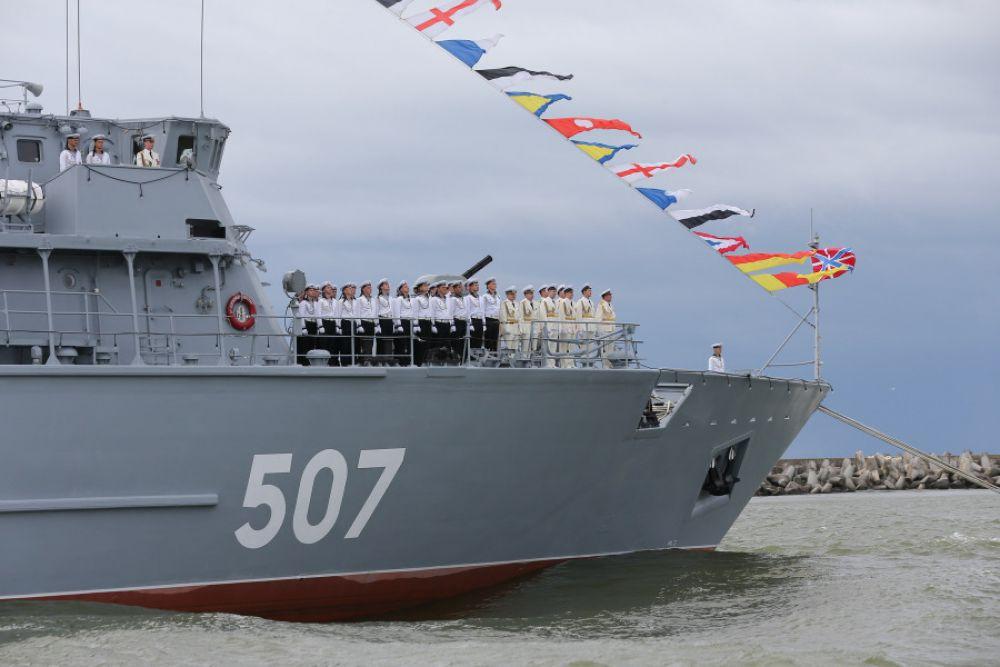 Экипаж корабля приветствует гостей праздника.