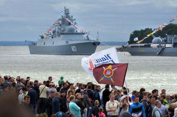 На набережной собрались тысячи балтийцев и гостей города.