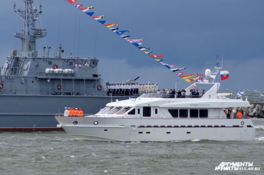 Владимир Путин на катере «Серафим Саровский» совершил обход судов и поздравил моряков.