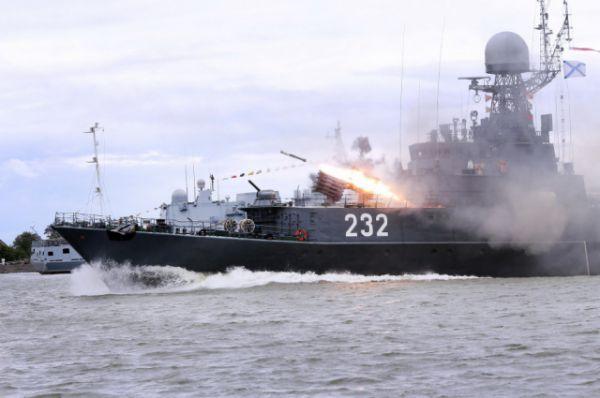Гости праздника увидели, как подлодка отражает атаку противника, как в открытом море тушат десантный корабль.