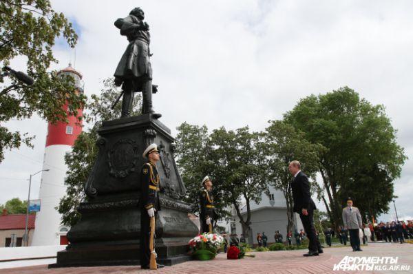 Владимир Путин у памятника Петру Первому в Балтийске.