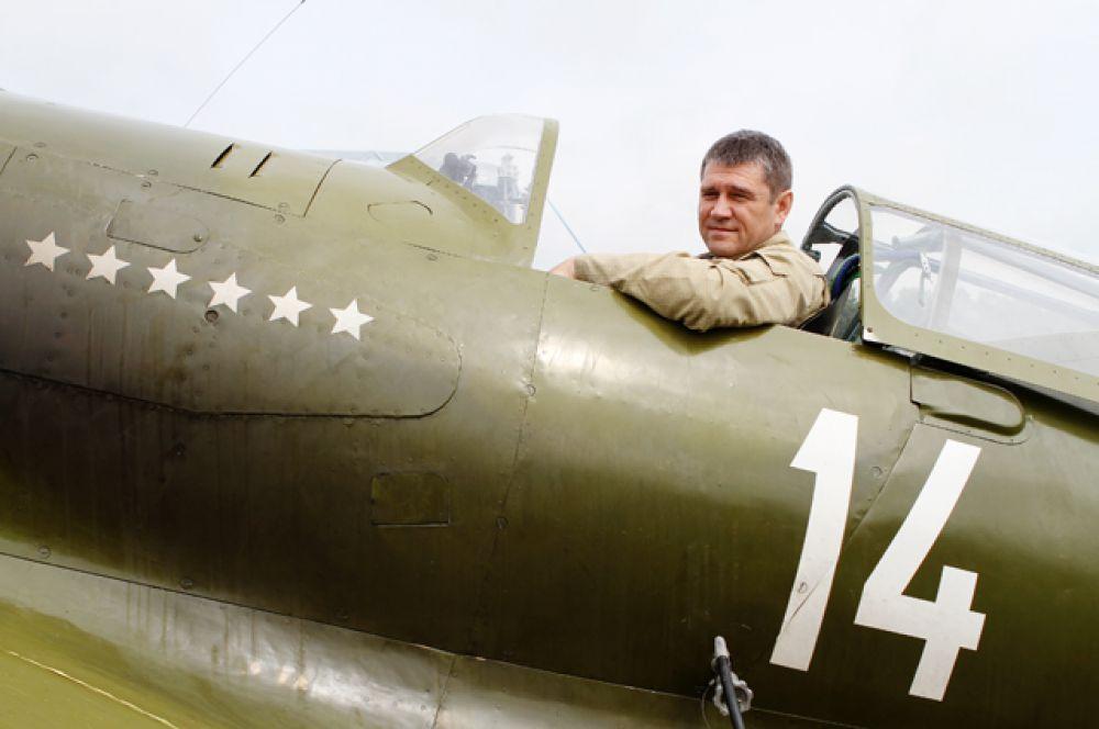 На этот раз за штурвалом МиГа сидел лётчик-испытатель Владимир Барсук, в практике которого 6000 лётных часов.