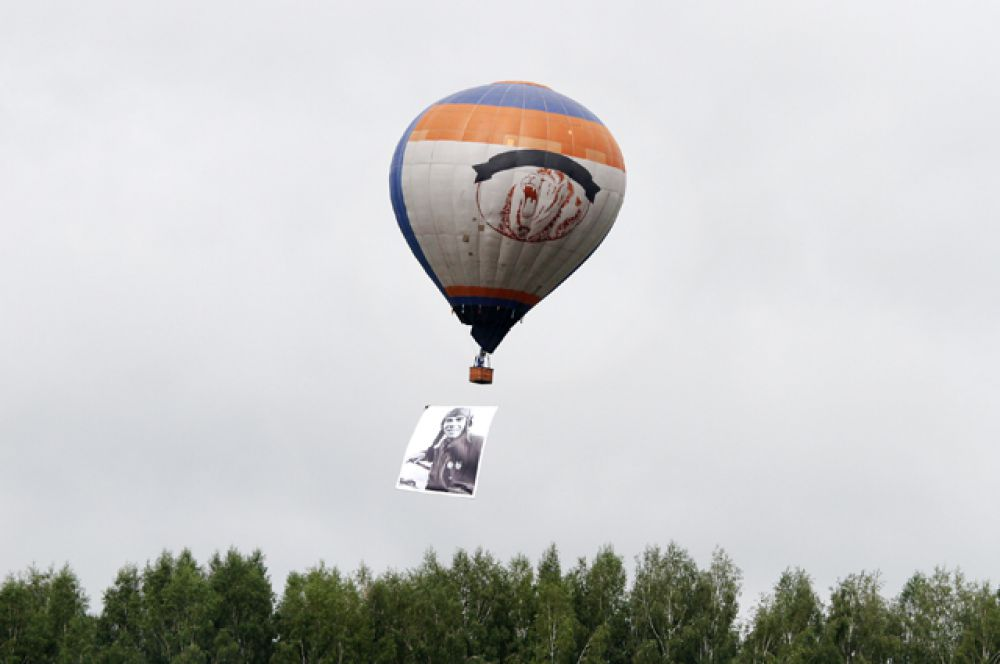 Воздушный шар пронёс над городом портреты героев, сражавшихся за родину во время войны.