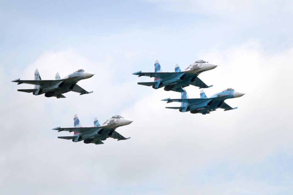 На огромной скорости четыре истребителя выписывали в небе причудливые зигзаги.
