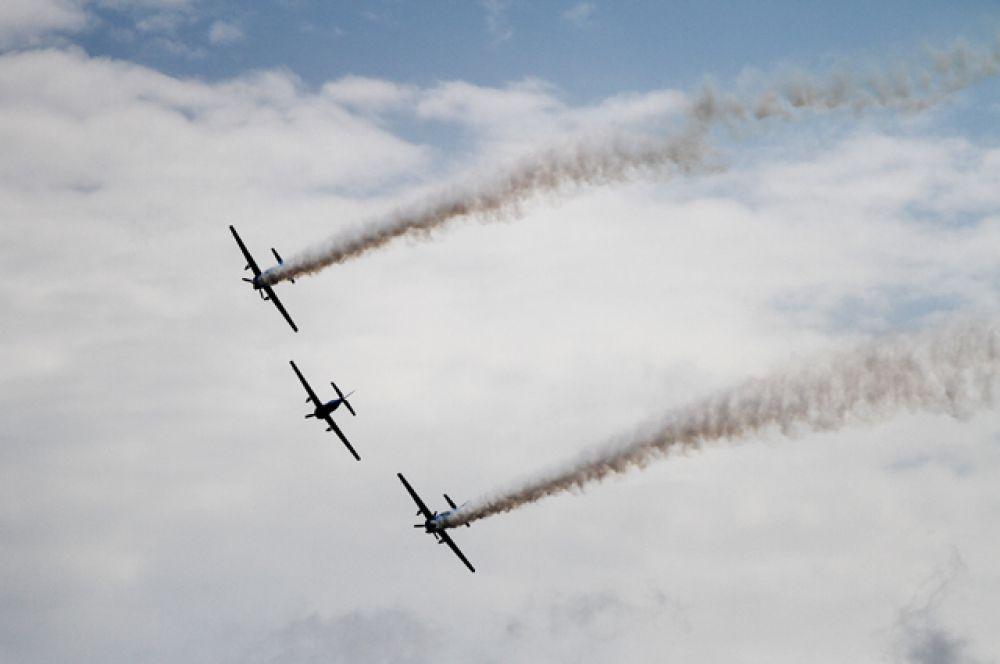 Между этими крылатыми гигантами в полёте не терялась невидимая связь.
