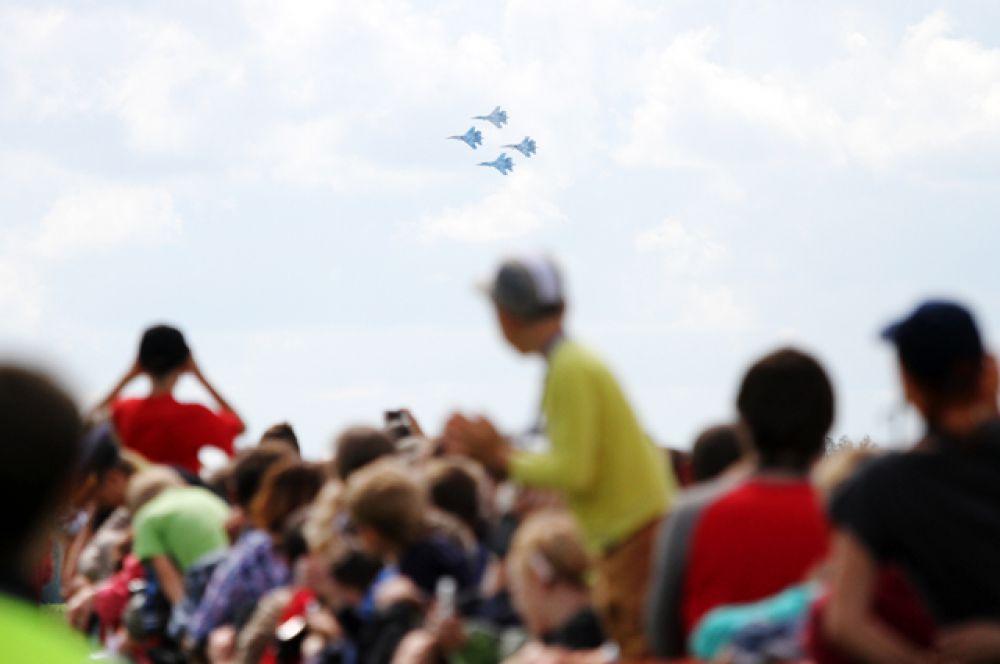 Появления в небе пилотажной группы «Соколы России» ждали все собравшиеся зрители.