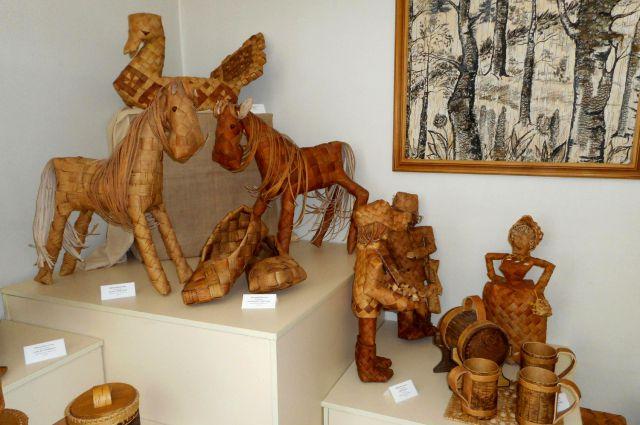 Больше 100 работ 38 художников представлено в экспозиции.