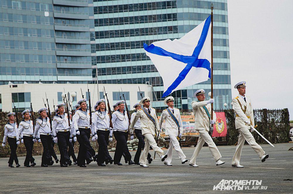 На земле парад начинается с торжественного марша.