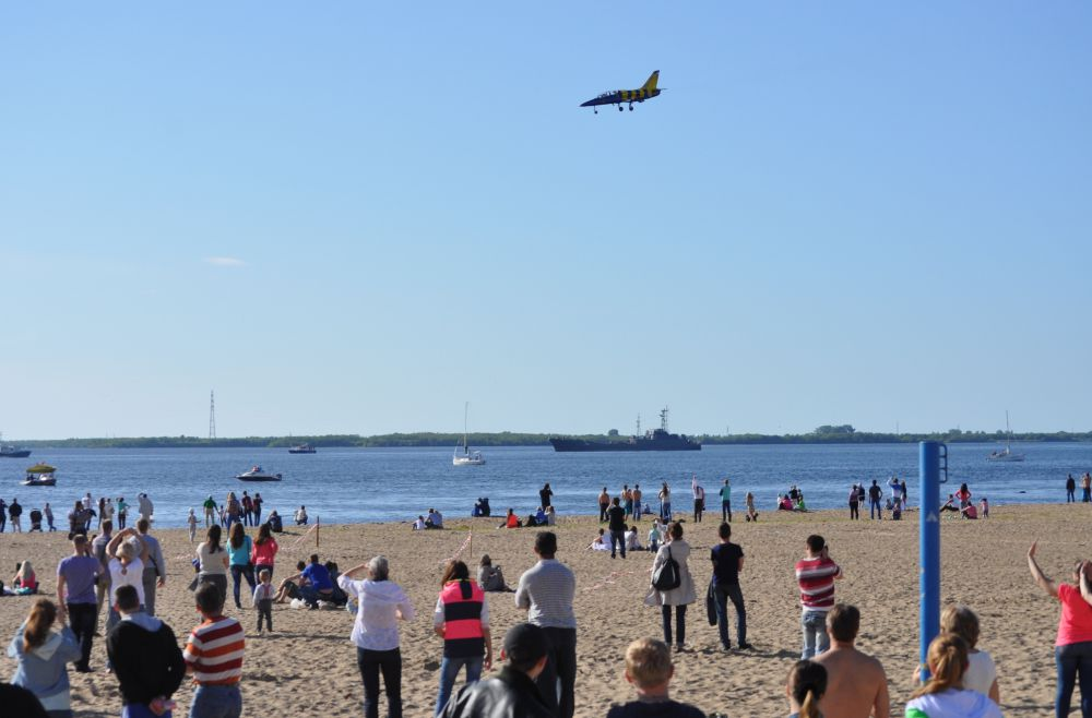 Авиашоу пилотажной группы «Балтийские пчёлы» длилось 25 минут, смотреть в небо при ярком свете солнца было нелегко, однако выступление никого не оставило равнодушным.