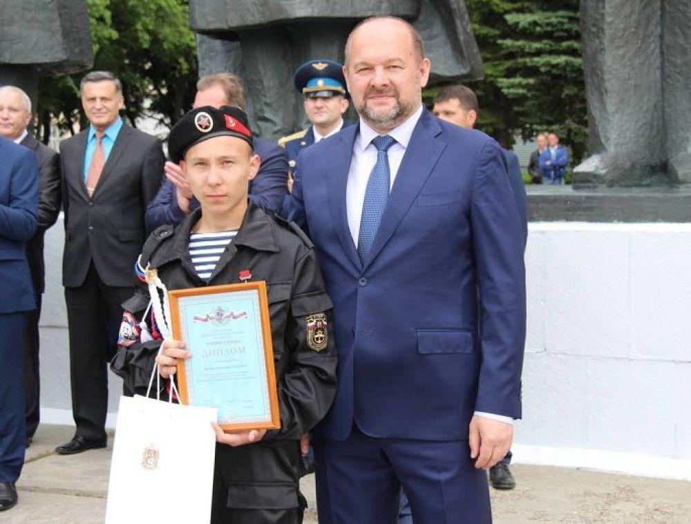 Врио губернатора Игорь Орлов вручил молодым ребятам награды «Горячее сердце». Они спасли из огня двоих детей и мужчину. На фото: Илья Чернов.
