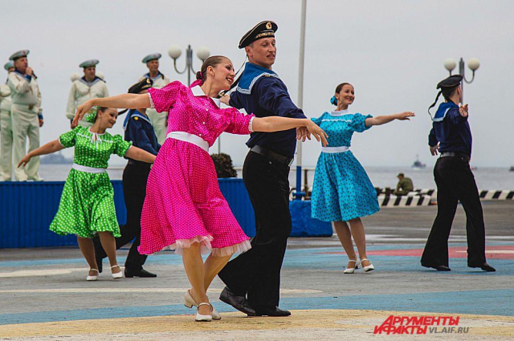 На день ВМФ танцуют все!