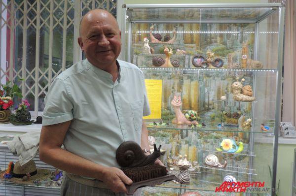 Геолог, профессор Естественнонаучного института ПГНИУ Николай Максимович представляет гостям свою коллекцию.