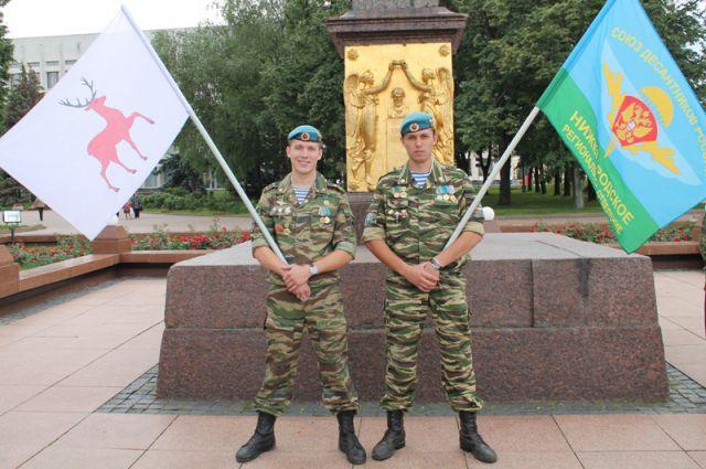 Сергей Поляков (справа) не расстаётся с десантурой и после дембеля.