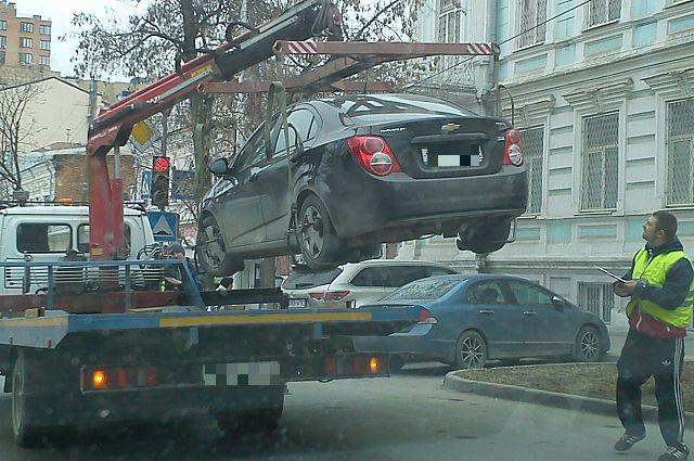 Эвакуация не правильно припаркованного автомобиля.