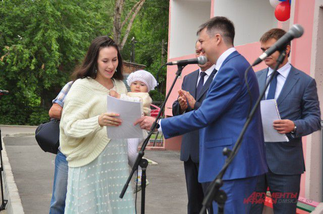 Виктор Назаров вручил ключи от новых квартир.