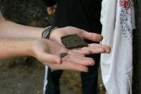 Во время раскопок археологи находят много частей древних предметов.