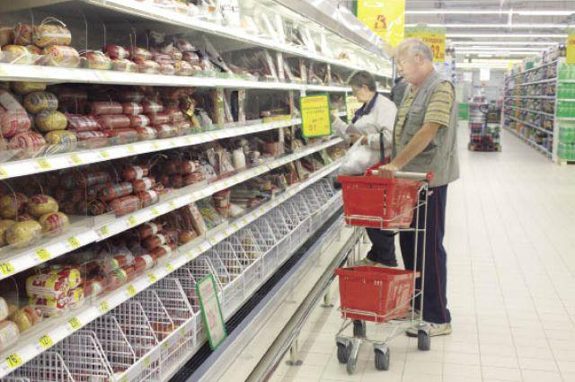 Покупатели ищут на полках местные товары.