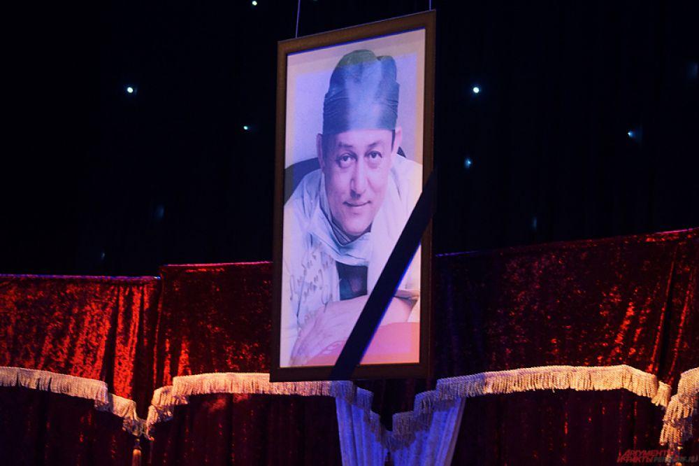 На большом экране транслировались фотографии Сергея Суханова, рядом организаторы повесили портрет пермяка, а также разместили стенд с наградами врача.