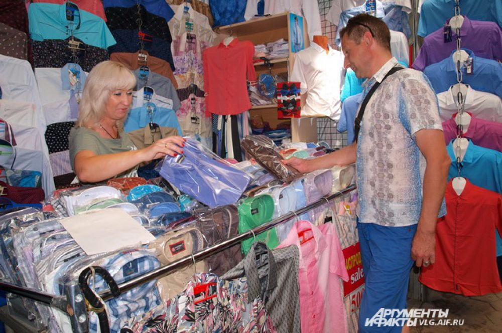 Волгоградцы едут на Тракторный рынок не только для того, чтобы пополнить содержимое своих холодильников, но и за тем, чтобы обновить свой гардероб.