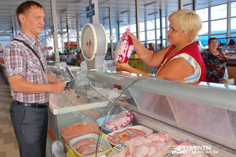 Посетители приезжают на сельскохозяйственный  Тракторозаводской рынок за разнообразием, свежестью и качеством.