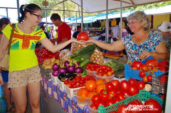 На сельскохозяйственном  Тракторозаводском рынке с весны до поздней осени всегда аншлаг на торговых местах для волгоградских дачников.