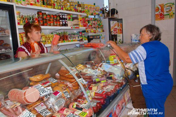 Все продавцы на рынке имеют санитарные книжки и торгуют продуктами питания с учётом санитарно-гигиенических требований -  в спецодежде.