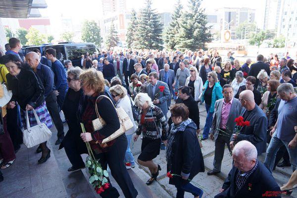 Уже к началу мероприятия у входа в здание выстроились сотни человек.