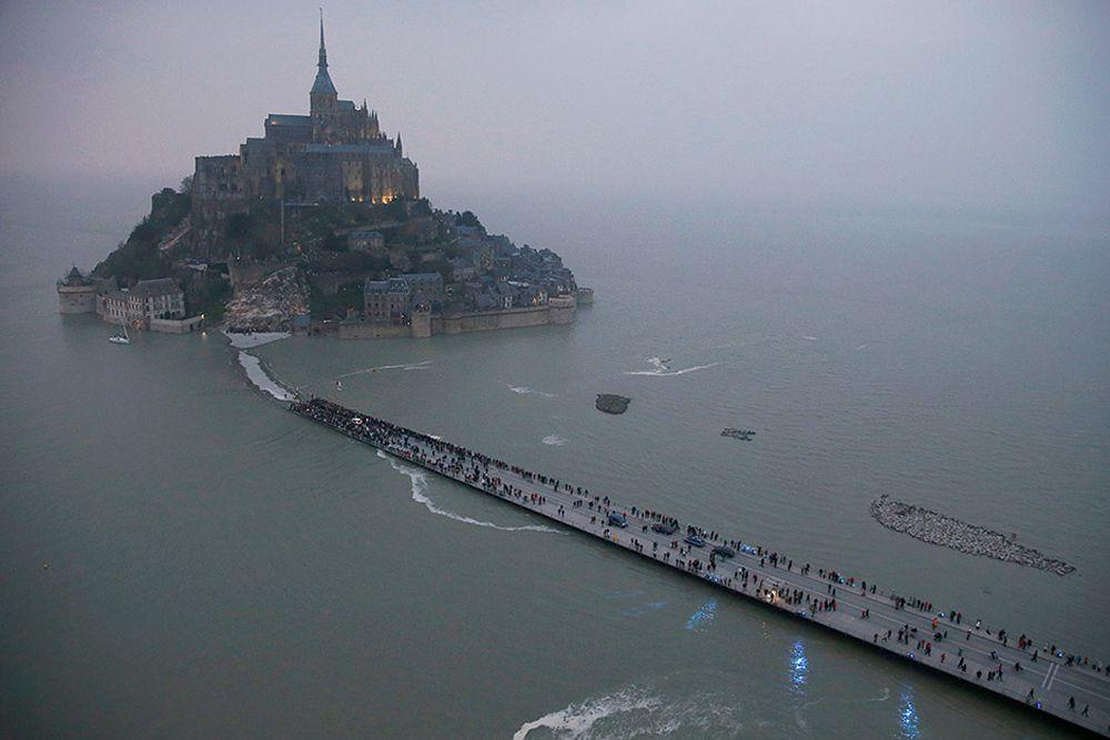 Остров-крепость Мон-Сен-Мишель. Северо-западное побережье Франции, 20 марта.