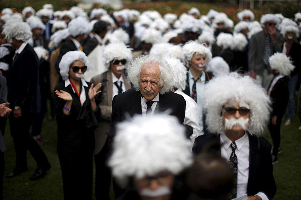 81-летний Бенни Вассерман устанавливает рекорд Гиннесса по самому большому слету двойников Альберта Эйнштейна. Лос-Анджелес, Калифорния, 27 июня.