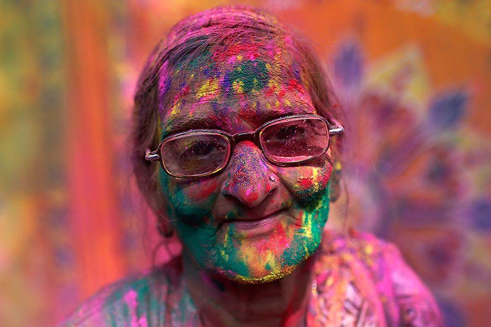 Вдова, принявшая участие в индуистском празднике Холи, или Фестивале красок. Вриндавана, Индия, 3 марта.