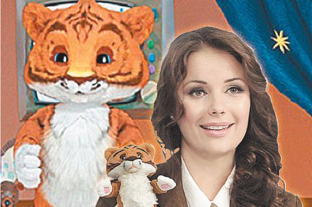 Оксана Фёдорова и её маленький друг тигрёнок.