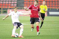 Максим Зимарёв (в красном) удачно сыграл против «Торпедо».