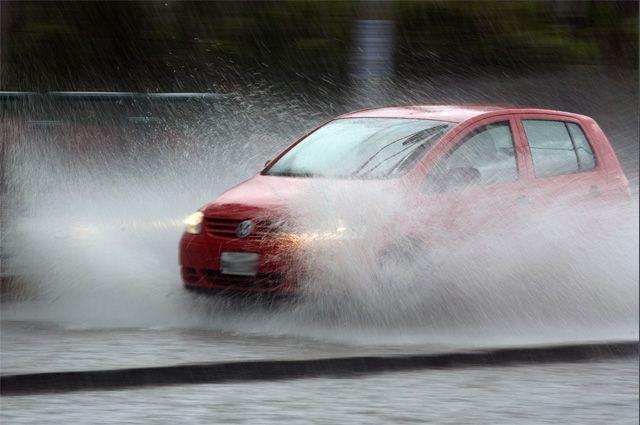 Поливать дороги в дождь