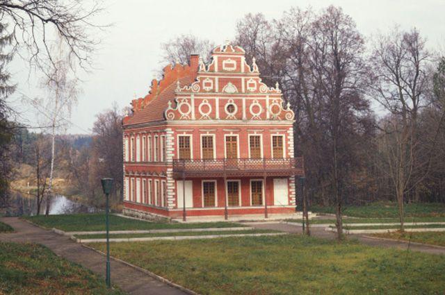 Голландский домик (XVIII век) в усадьбе «Вороново» Московской области.