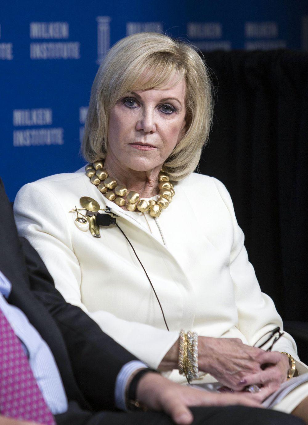 Элейн Винн познакомилась со своим будущим мужем еще в колледже, тогда же и поженились, а через 23 года, в 1986 году, развелись. Но лишь для того, чтобы спустя пять лет вступить в брак во второй раз. В 2010 году они развелись уже «окончательно». Ее отступные по итогам развода составили $750 млн. При этом Элейн всегда активно участвовала в бизнесе мужа. За счет роста котировок развлекательной и игорной империи Wynn Resorts в 2014 году она переместилась с 842-й на 676-ю строчку мирового рейтинга Forbes с состоянием $2,6 млрд.