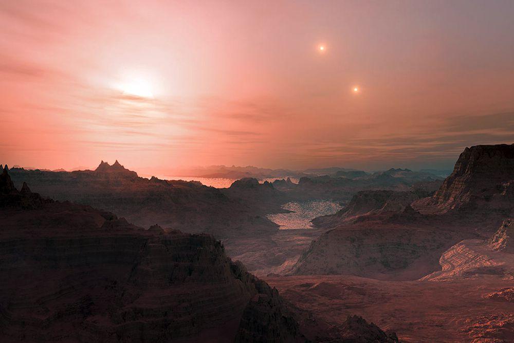 Закат на суперземле Gliese 667 Cc — экзопланете около красного карлика. Gliese 667 Cc уникальна тем, что ее светило находится в связанной системе с двумя другими звездами — Gliese 667 A и Gliese 667 B, которые тут также показаны.