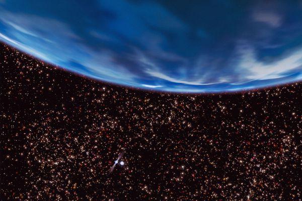 Газовый гигант вращается в системе пульсара B1620-26 и белого карлика (изображены в нижнем левом углу). Планете около 12,7 миллиардов лет. По мнению ученых, наличие экзопланет в таких системах может означать, что планеты начали образовываться еще в ранней Вселенной, несмотря на нехватку тяжелых элементов для их формирования.