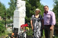 Фаина Владимировна и Алексей Алексеев у могилы Василия Терехова.