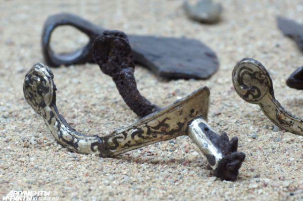 Фибулы - застежки для одежды, которые служили еще и украшением. Эту создали в V-VI веке нашей эры.
