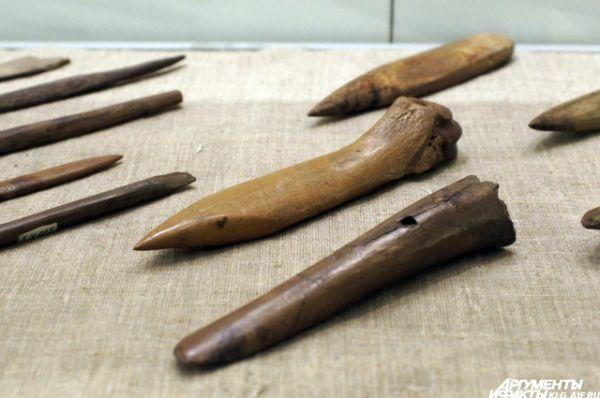 Этими охотничьими орудиями - гарпунами и кинжалами - пользовались наши предки 9-7 тысяч лет назад до нашей эры.