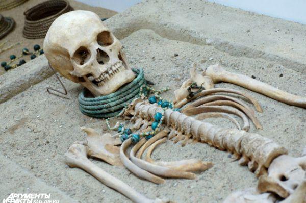 Женщина довольно высокого роста. У нее совершенно здоровые кости и прекрасные зубы. Умерла она, скорее всего, в результате неудачных родов, поскольку рядом с её скелетом были найдены кости младенца.