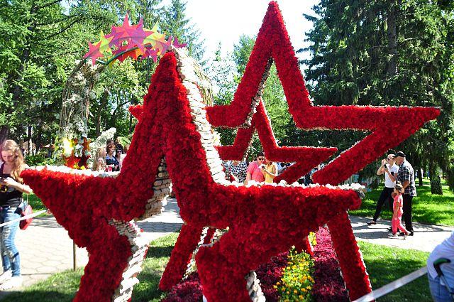 одной из тем выставки является юбилей Победы в ВОВ.