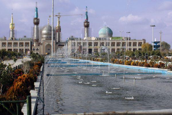 Мавзолей Хомейни (Тегеран, Иран). Похороны аятоллы Рухоллы Мусави Хомейни в июне 1989-го пришлось проводить дважды: толпа желающих прикоснуться к телу лидера Исламской революции (всего на похороны собралось около 2 млн человек), прорвала оцепление и буквально разорвала саван на мелкие куски. Тогда же в 6 км от Тегерана началось возведение мавзолея Хомейни, которое продолжается и поныне.  Собственно мавзолей готов и функционирует уже давно: золотой купол и 4 минарета высотой 91 м (по числу лет, прожитых Хомейни) придают ему сходство с мечетью.