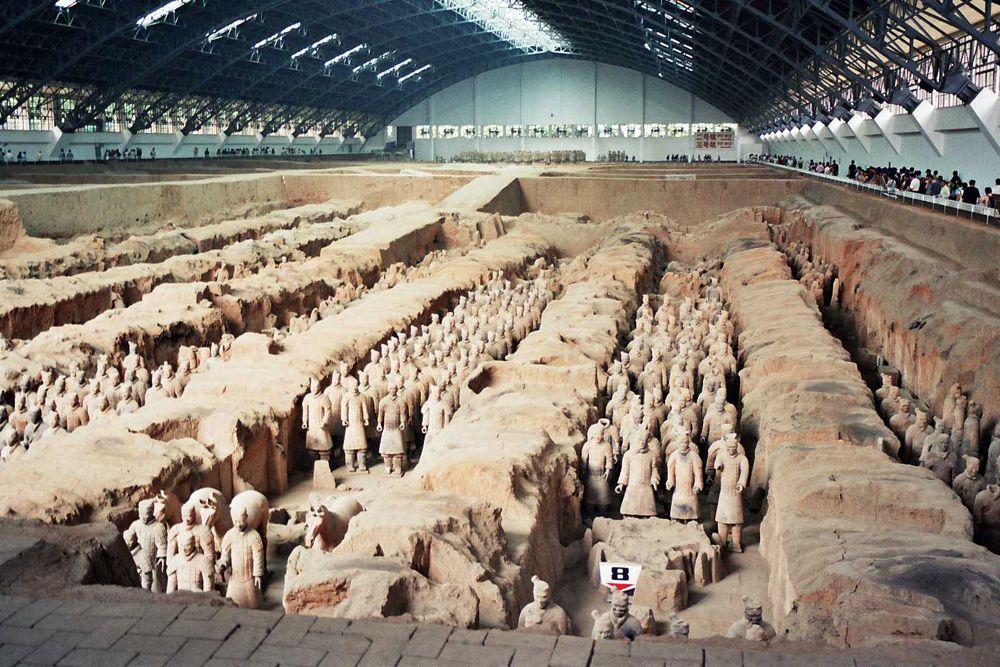 Терракотовая армия (Сиань, КНР). Обнаружилась гробница в 1974 году, когда крестьяне бурили артезианскую скважину и нашли терракотовые черепки. Начавшиеся вскоре раскопки стали сенсацией: на сегодняшний день откопано более 8000 раскрашенных статуй, стоящих в боевом порядке, — и в том числе 130 колесниц с 520 лошадьми и 150 лошадей со всадниками. Раскопки продолжаются и обещают еще более удивительные открытия: археологи пока не трогают могилу самого Цинь Шихуана, опасаясь повредить драгоценное содержимое.