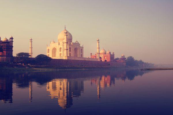 Тадж-Махал — мавзолей-мечеть, находящийся в Агре, Индия, на берегу реки Джамна. Построен по приказу потомка Тамерлана — падишаха Империи Великих Моголов Шах-Джахана в память о жене Мумтаз-Махал, умершей при родах четырнадцатого ребёнка (позже здесь был похоронен и сам Шах-Джахан). Тадж-Махал (также «Тадж») считается лучшим примером архитектуры стиля моголов, который сочетает в себе элементы персидского, индийского и исламского архитектурных стилей.
